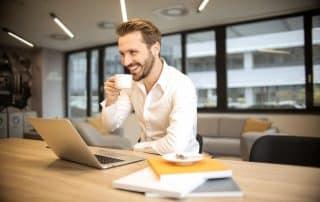 seorang investor mengecek laporan keuangan perusahaan